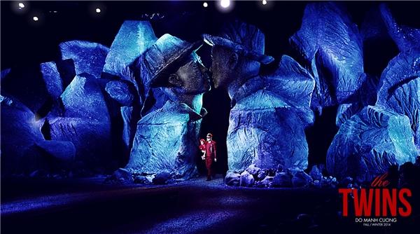Sàn diễn của The Twins cũng chính là nơi Đỗ Mạnh Cường khắc họa nên chính cái tôi qua hai bản ngã ở cuối sàn diễn. Đường đi của người mẫu được rải đá tạo hiệu ứng sân khấu. Đây cũng chính là thử thách cho họ.