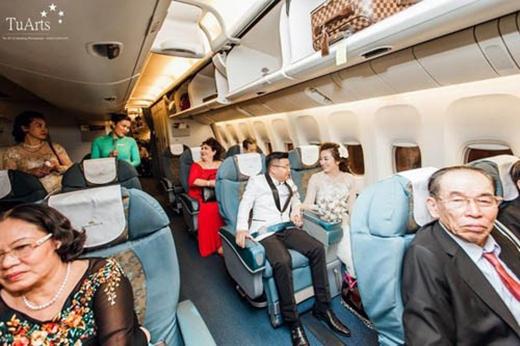 Cô dâu, chú rể cùng khách mời trên máy bay (Nguồn VnExpress)