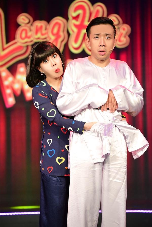 """Nam MC liên tục tạo tiếng cười cho khán giả với những màn tạo dáng hài hước cùng """"đàn chị"""" Việt Hương. - Tin sao Viet - Tin tuc sao Viet - Scandal sao Viet - Tin tuc cua Sao - Tin cua Sao"""