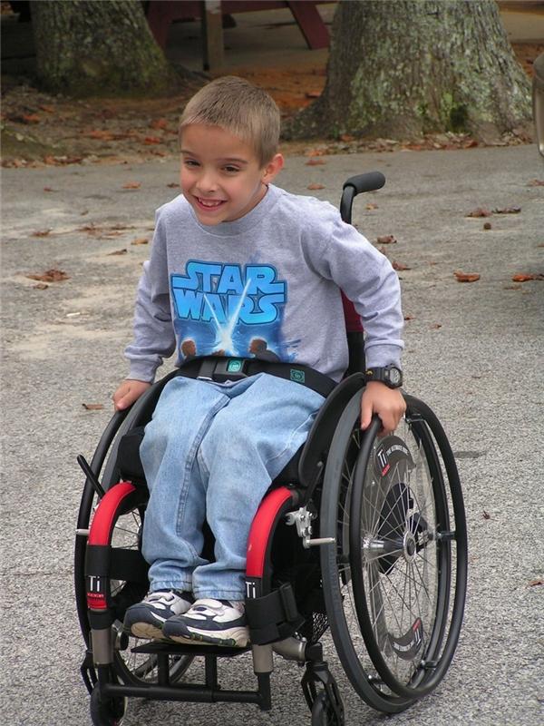 Samuel phải đeo nẹp chân và đi xe lăn suốt đời, dù vậy cậu bé rất lạc quan vào cuộc sống.