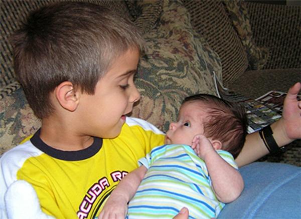 Samuel cùng em trai Zachary cũng bị nứt đốt sống giống mình.