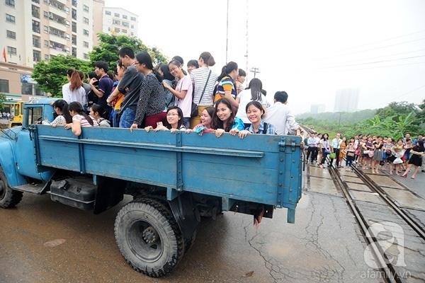 Chiếc ô tô tải bỗng dưng thành phương tiện hữu ích cho các bạn từ sinh viên tới dân công sở đi nhờ qua đoạn đường ngập lút. Sau sự việc này, chắc hẳn anh tài xế sẽ được vinh danh. Ảnh: K.L
