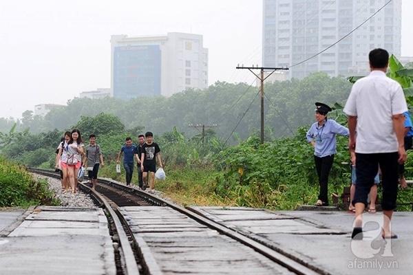 Đường bộ không đi được nữa rồi, thôi thì cuốc bộ ở đường sắt chắc còn nhanh hơn, chỉ có điều phải thính tai một chút để nghe ngóng tiếng còi tàu mà thôi. Ảnh: K.L