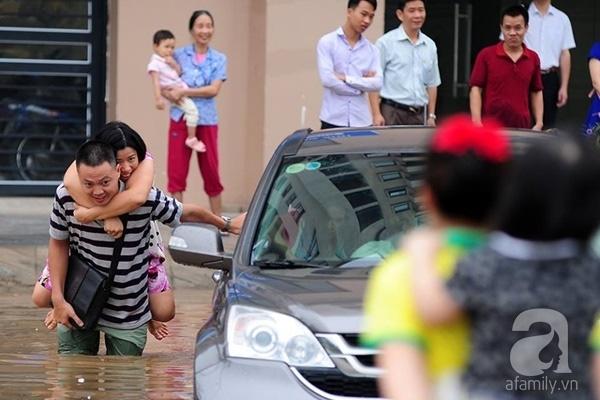 Nếu anh cứ như thế này cả cuộc đời, một năm có vài trận lụt mà lúc nào cũng đưa em đi qua khoảng sân này thì tốt quá. Ảnh: K.L