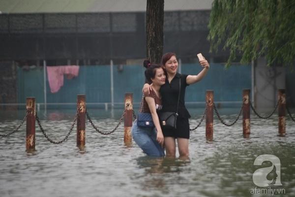 Hai cô gái này vẫn có đủ thời gian để chụp cùng nhau bức ảnh tự sướng ghi lại khoảnh khắc không phân biệt được đâu là bờ và đâu là hồ. Ảnh: Lê Bảo