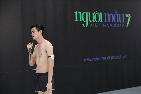 """Chàng trai Nguyễn Xuân Huỳnh là thí sinh nam khiến bộ tứ giám khảo đã phải """"cãi nhau"""" kịch liệt. Cuối cùng, Xuân Huỳnh phải thể hiện biểu cảm khuôn mặt và tạo dáng với nhiều thể loại âm nhạc khác nhau để thuyết phục được bộ tứ quyền lực, giành quyền đi tiếp vào vòng trong."""