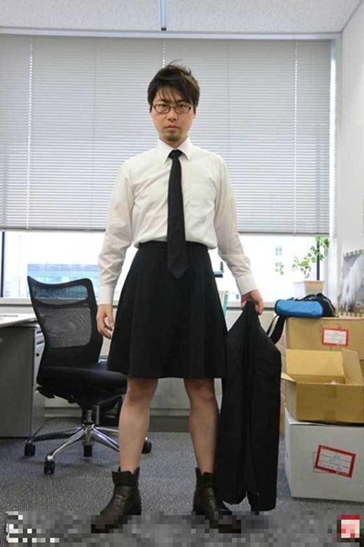 Osumi trong một bộ váy công sở.