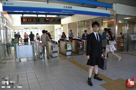 Anh chàng này luôn tự tin xuất hiện ở những chốn đông người dù đang mặc váy.