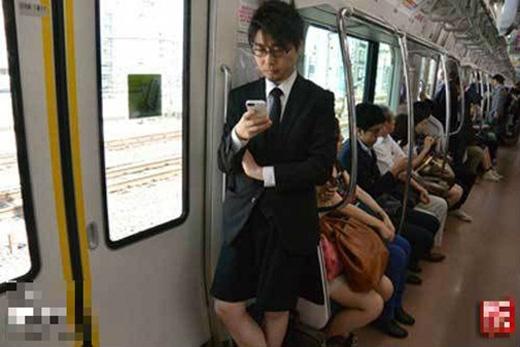 Cười ngất với anh chàng cạo sạch lông chân để... mặc váy đi làm
