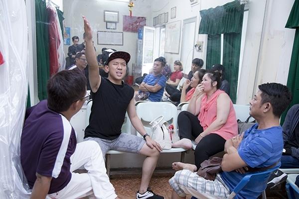 Bạn trai Hari Won cùng NSND Hồng Vân, nghệ sĩ Tấn Beo, nghệ sĩ Tấn Hoàng ngồi lại với nhau để đưa ra những ý kiến đóng góp cho 1 tiểu phẩm. - Tin sao Viet - Tin tuc sao Viet - Scandal sao Viet - Tin tuc cua Sao - Tin cua Sao