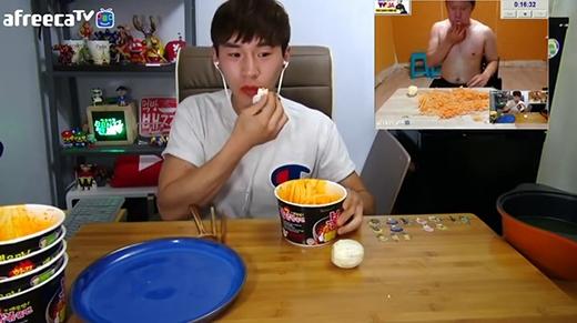 """""""Cạn lời"""" với thử thách ăn một lúc 5 hộp mì, 5 quả trứng và 5 quả cam"""