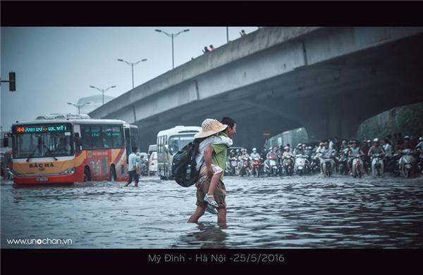 Hình ảnh cha lội nướccõng con đi học khiến nhiều người cảm động.(Ảnh:Chan Hong Vuong)