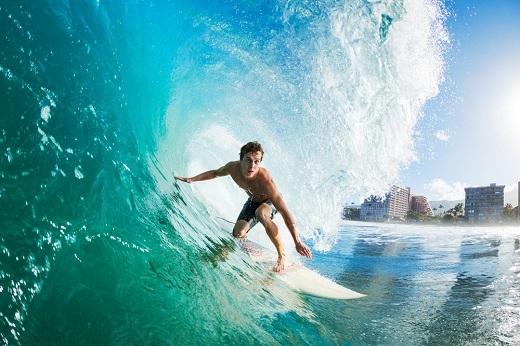 Liệu bạn có dám lướt trên những ngọn sóng giữa Hawaii khi đã…70 tuổi?