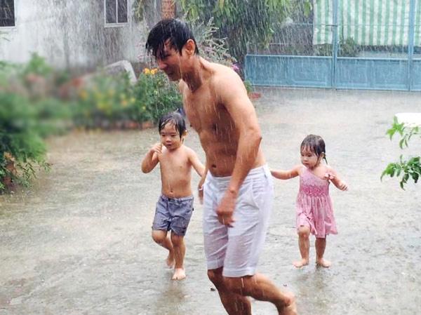 Thậm chí, Lý Hải còn thoải mái cho con tắm mưa để tuổi thơ của bé có những kí ức đẹp. - Tin sao Viet - Tin tuc sao Viet - Scandal sao Viet - Tin tuc cua Sao - Tin cua Sao