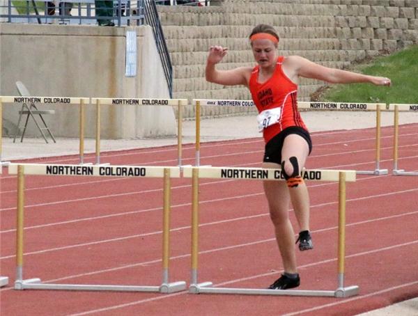 Thế nhưng cô không chịu bỏ cuộc và quyết tâm hoàn thành chặng đua bằng cách bước tập tễnh.