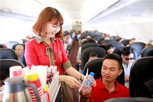 Tiếp viên Vietjet trẻ trung phục vụ hành khách.