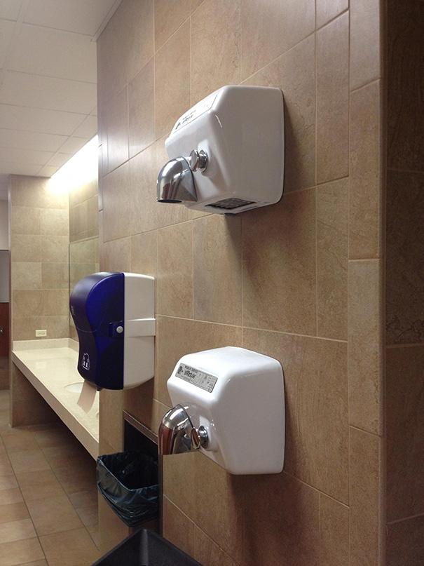 Tình huống nan giải: một người cao và một người lùn bước vào toilet. Ai sẽ hong tay trước?