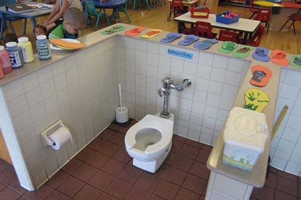 Chỉ để đề phòng bé nào mải chơi không kịp chạy ra toilet.