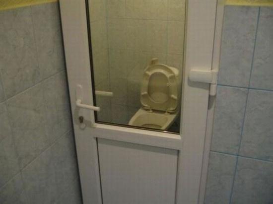 Toilet của người sống độc thân, cánh cửa chỉ có tác dụng che chắn gió.