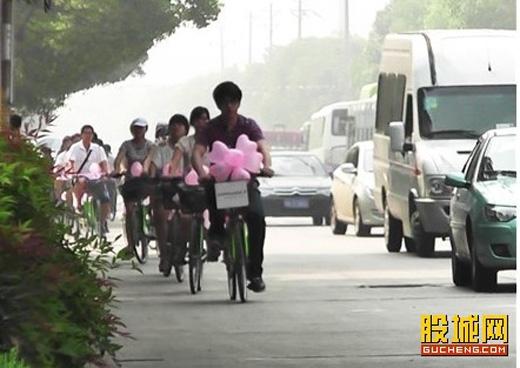 Chàng trai dẫn đầu một đội xe đạp hoành tráng.