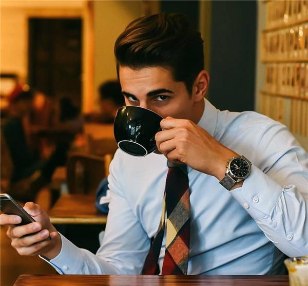 Nhiềungườixao động trước vẻ bảnh bao trước khoảnh khắc uống cafe của anh chàng này.(Ảnh: Internet)