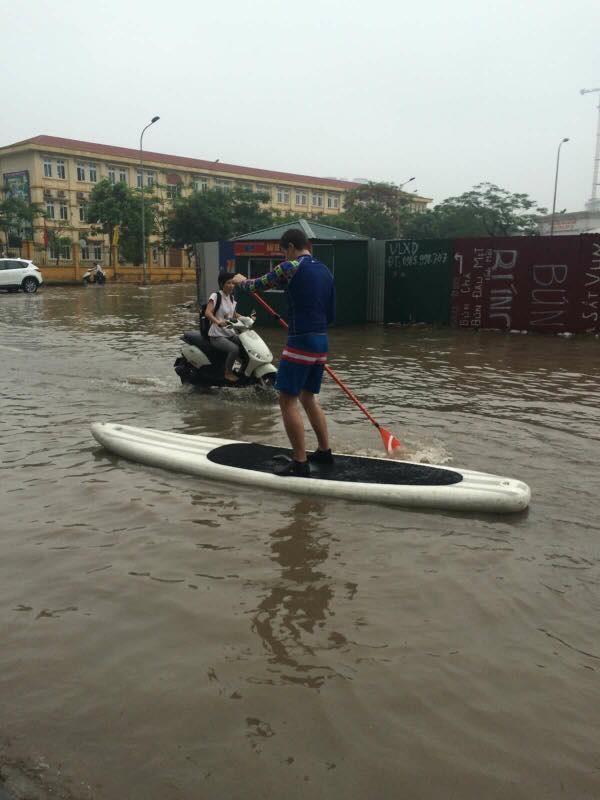 Chàng trai Tây đi trên thuyền không lo ngập nước.