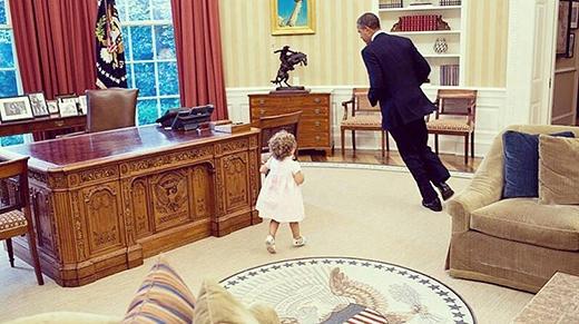 """Obama -  """"Soái ca chính trị gia"""" yêu trẻ con"""