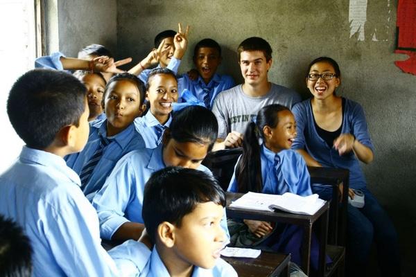 Gặp gỡ các em nhỏ và tình nguyện dạy học ở Nepal.