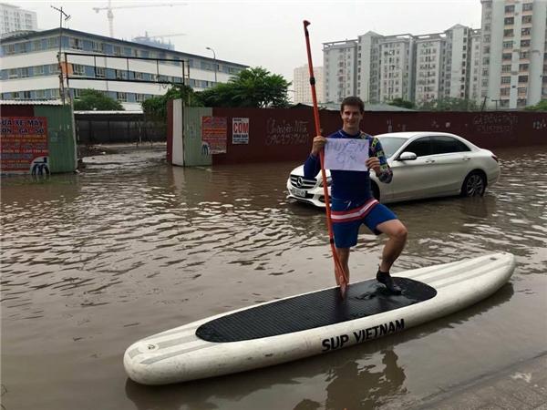 Soi lí lịch và dung nhan chàng Tây mở dịch vụ thuyền ôm ở Hà Nội