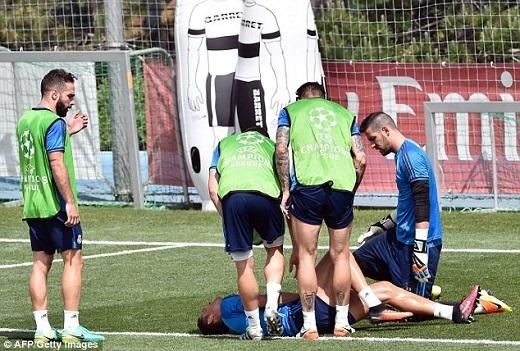 Tuy nhiên, trong buổi tập mới đây thì Ronaldo đã dính chấn thương sau pha va chạm với thủ thành Kiko Casilla. Pha va chạm khá mạnh, vì vậy, Ronaldo không thể tự đứng dậy.