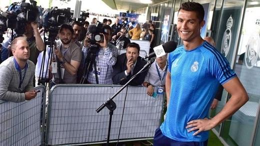 Đồng đội hốt hoảng nhìn Ronaldo dính chấn thương trên sân