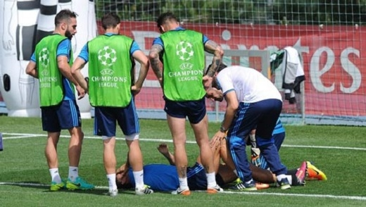 Ronaldo bị đau trên sân tập