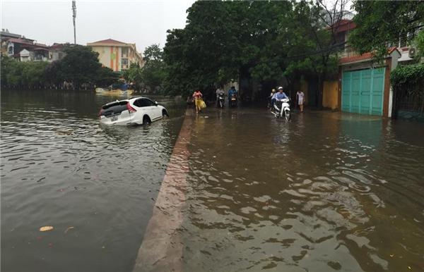 """Hình ảnh ghi lại tại hồHoàng Cầu, một chiếc xe ô tô đã đi """"nhầm đường"""" và lao thẳng xuống hồ. (Ảnh: Internet)"""