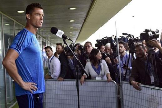 Ronaldo trả lời phỏng vấn báo chí sau buổi tập