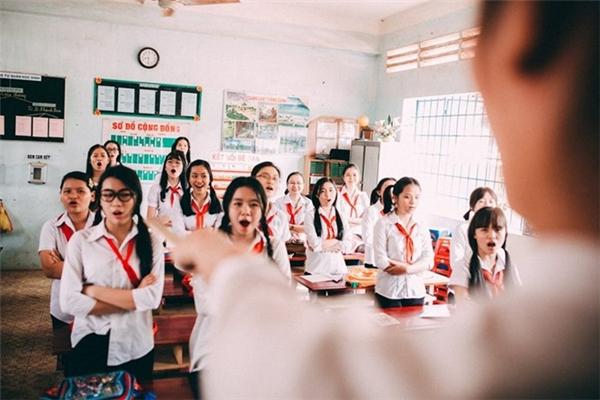 """Mới đây, tập thể học sinh lớp 12A11 trường Thống Nhất A, tỉnh Đồng Nai thực hiện bộ ảnh kỷ yếu mang tên """"Cho tôi một vé tuổi thơ"""" thu hút hàng nghìn like (thích) và hàng trăm bình luận, chia sẻ xúc động."""