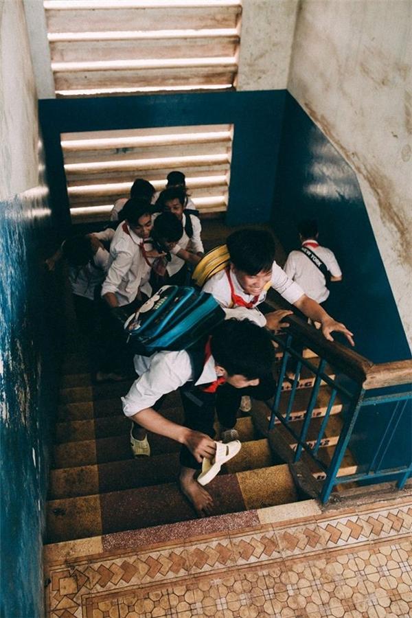 Bối cảnh được mượn từ trường học khá lâu đời tại Đồng Nai và cánh đồng gần đó. Các bạn trong lớp phải chuẩn bị phục trang và đạo cụ trong khoảng 2 tuần kể từ khi ý tưởng được vạch ra. Lan can và cầu thang là nơi gắn liền những kỷ niệm của học sinh.