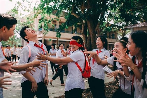 """""""Trong khi chụp, các bạn ấy cho mình thấy được cảm xúc rất thật và có sự kết nối. Bộ ảnh giúp bộc lộ được bản chất trong sáng, hồn nhiên của tuổi học trò"""", tác giả bộ ảnh chia sẻ."""