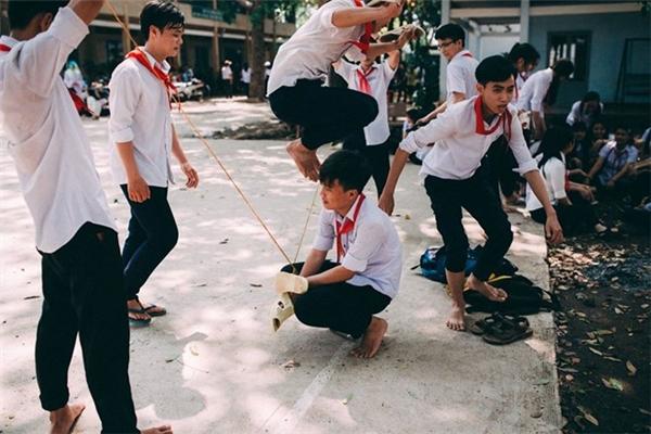 Những trò chơi dân gian như bịt mắt bắt dê, nhảy dây, ô quan… được thể hiện lại trong bộ ảnh kỷ yếu tuổi thơ này một cách sống động, giàu cảm xúc.