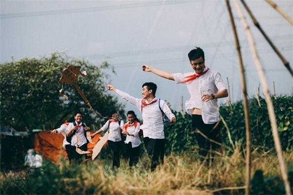 Sau giờ học mệt mỏi, các bạn rủ nhau chơi trò thả diều trên cánh đồng một cách vui vẻ, hồn nhiên.