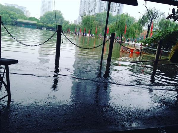 TạiTriều Khúc,hồVăn Quán - Hà Đôngcũng trong tình trạng nước ngập lênh láng.(Ảnh: Internet)