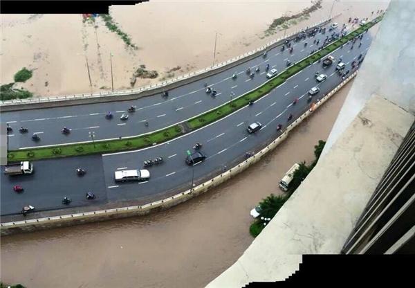 """Đoạn cầu vượt đường sắtYên Nghĩa - Hà Đôngcũng nằm trong tình trạng """"nguy kịch"""" khi nước ngập không nhìn thấy đường đi.(Ảnh: Internet)"""