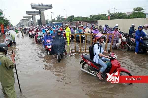 Chỉ sau một đêm mưa, đường phố Hà Nội chìm trong biển nước