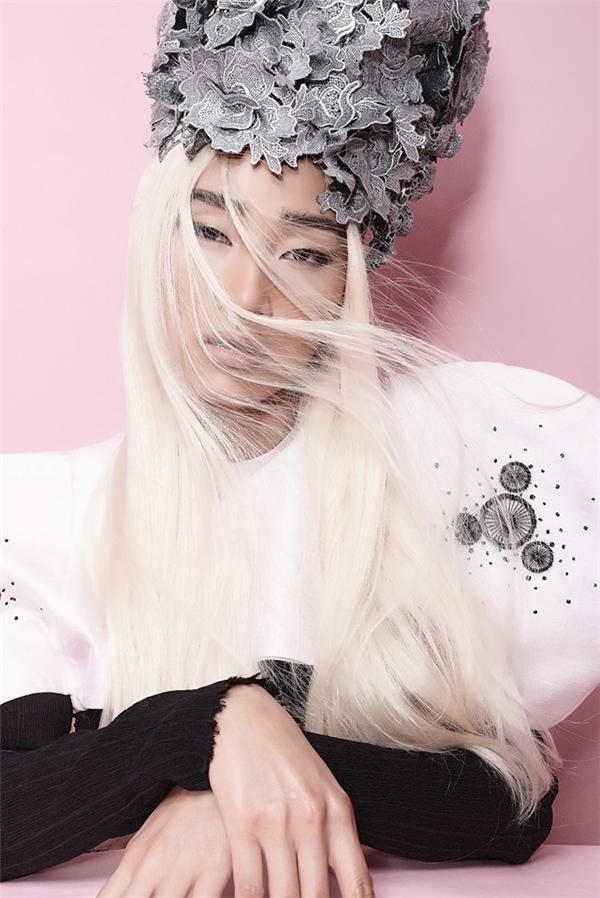 """Trang Khiếu lạ lẫm với tạo hìnhmái tóc bạc và """"vương miện"""" hoa trên đầu. - Tin sao Viet - Tin tuc sao Viet - Scandal sao Viet - Tin tuc cua Sao - Tin cua Sao"""