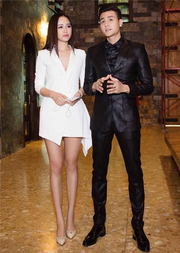 Mai Phương Thúy khoe đôi chân dài miên man trong thiết kế shirt dress có cấu trúc bất đối xứng hiện đại của nhà thiết kế Adrian Anh Tuấn.