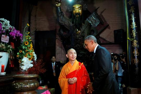 Tổng thống Obama và nhà sư tại chùa Ngọc Hoàng. (Ảnh: Internet)