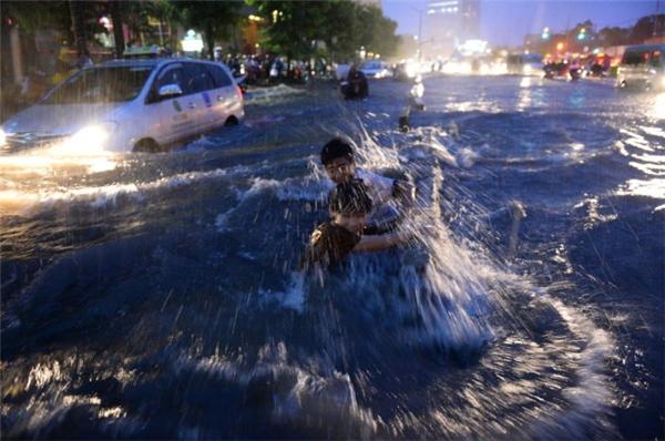 Đường Nguyễn Hữu Cảnh (đoạnkéo dài từ chân cầu Sài Gòn đến gần cầu Thủ Thiêm) là một trong những nơi thường xuyên ngập tạiSài Gòn. Vào mùa mưa năm 2015, mực nước tại đây lên đến 40-50cm, có nơi ngập sâu lên đến cả mét. (Ảnh: Internet)