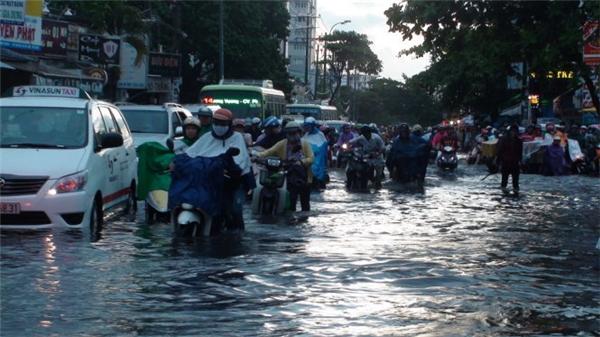 """Điểm mặt những con đường Sài Gòn hễ mưa là chấp nhận… """"chết chìm"""""""