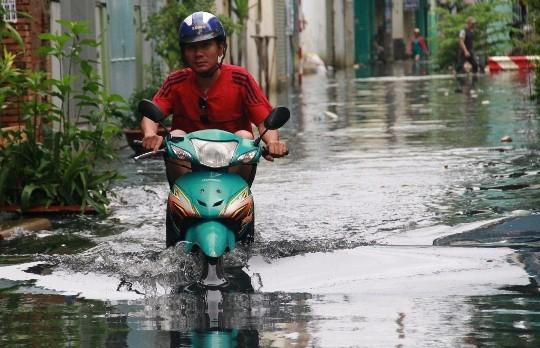 Mùa mưa lớn năm 2015, tuyến đường Ấp Chiến Lược ngập lút bánh xe kéo dài, nước lâu rút, khiến cho hàng loạt cửa hàng kinh doanh phải đóng cửa, nhà dân bị nước tràn vào gây hư hỏng đồ đạc, tài sản.(Ảnh: Internet)