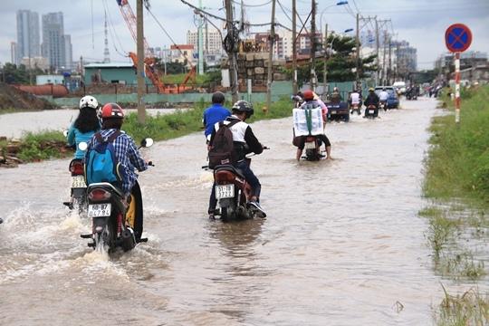 Sau trậnmưa lớn, nước lụt trên nhiều đoạn củađường Lương Định Của ngập quá nửa bánh xe.(Ảnh: Internet)