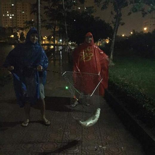 Trời mưa gió mà bắt được con cá to thế này thì tối nay ngủ ngon rồi.